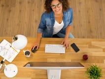 AffärskvinnaWorking At The kontor Royaltyfri Foto