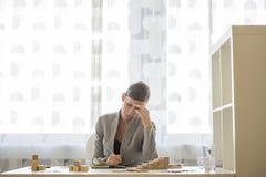 AffärskvinnaWorking At Office skrivbord Royaltyfri Foto