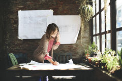 AffärskvinnaWorking Planning Sketch begrepp royaltyfria foton