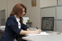 affärskvinnawriting Arkivbilder
