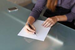 Affärskvinnawriting med penna 2 fotografering för bildbyråer