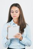 Affärskvinnawriting något på en anteckningsbok, Arkivbilder