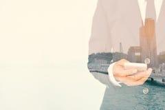 Affärskvinnor för dubbel exponering som använder smartphonen arkivfoto