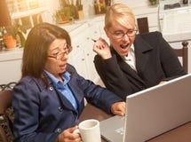 affärskvinnor firar bärbar datorframgång Arkivbild