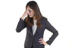Affärskvinnor i affärsdräkten som så är stressad ut på ren vit bakgrund Arkivfoton
