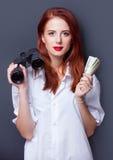 Affärskvinnor i den vita skjortan med pengar Royaltyfria Bilder