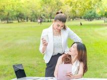 Affärskvinnor med bärbara datorn utomhus Royaltyfri Fotografi