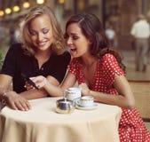 Affärskvinnor med mobiltelefonen kl Royaltyfri Foto