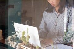 Affärskvinnor som använder datorarbete arkivfoton