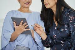 Affärskvinnor som diskuterar rapporten royaltyfri fotografi