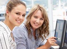 Affärskvinnor som fungerar på datorer arkivfoton