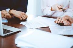 Affärskvinnor som ger en penna till affärsmannen för kontraktskrivning Överenskommelse på förhandling eller mötet bollar dimensio fotografering för bildbyråer