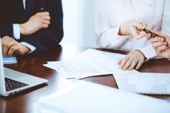Affärskvinnor som ger en penna till affärsmannen för kontraktskrivning Överenskommelse på förhandling eller mötet bollar dimensio royaltyfri foto