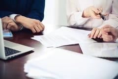Affärskvinnor som ger en penna till affärsmannen för kontraktskrivning Överenskommelse på förhandling eller mötet bollar dimensio arkivfoto