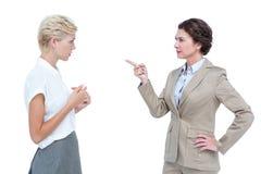 Affärskvinnor som har en våldsam debatt i regeringsställning Royaltyfri Foto