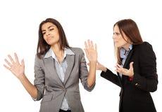 Affärskvinnor som har ett argument Royaltyfri Bild