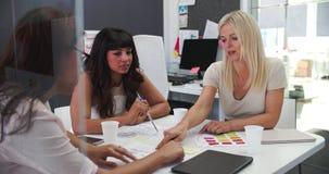 Affärskvinnor som har möte i öppet plankontor stock video