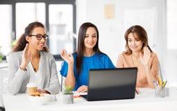 Affärskvinnor som har video pratstund på kontoret royaltyfri bild