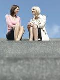 Affärskvinnor som sitter och talar på trappa royaltyfri fotografi