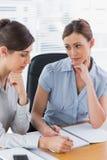 Affärskvinnor som tillsammans arbetar Arkivfoton