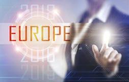 Affärskvinnor som trycker på den Europa skärmen Royaltyfria Bilder