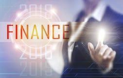 Affärskvinnor som trycker på finansskärmen Arkivbilder