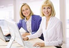 affärskvinnor två arkivfoto