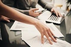 Affärsläge, lagarbete, idékläckning Penna för kvinnlig hand för foto hållande Man som använder smartphonen och den moderna bärbar Royaltyfria Bilder