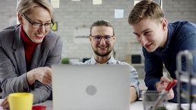 Affärslag av ungdomarsom tycker om att arbeta tillsammans, millennialsgrupp som talar ha gyckel i det hemtrevliga kontoret som är stock video