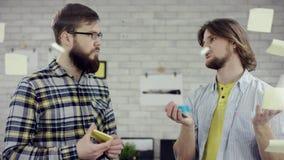 Affärslag av ungdomarsom tycker om koncentrera arbete tillsammans, millennialsgrupp som talar ha gyckel i slags tvåsittssoffa arkivfilmer
