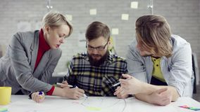 Affärslag av ungt konsoliderat folk som tycker om att arbeta tillsammans, millennialsgrupp som talar ha gyckel i slags tvåsittsso lager videofilmer