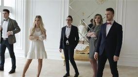 Affärslag i ett stort vitt rum stock video