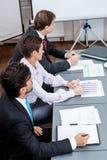 Affärslag i regeringsställning som möter presentation Arkivfoto
