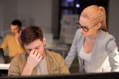 Affärslag med datoren som sent arbetar på kontoret royaltyfri fotografi