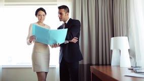 Affärslag med legitimationshandlingar som arbetar på hotellrum arkivfilmer