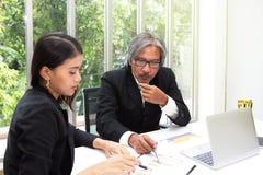 Affärslag och trofé i kontoret Chefer planerar deras framgång i konferensrummet Affärsman som arbetar på arkivfoto