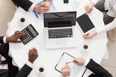 Affärslag på ett möte Arkivbild