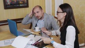 Affärslag på ett möte i kontoret Presentation för affärsplan arkivfilmer