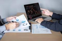 Affärslag på möte till att planera investeringhandelprojektet och strategi av avtalet på en börs med partnern som är finansiella arkivbilder