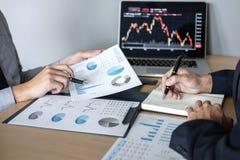 Affärslag på möte till att planera investeringhandelprojektet och strategi av avtalet på en börs med partnern som är finansiella arkivfoton