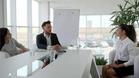 Affärslag på tabellen i det vita och rymliga kontoret och att möta sekreteraren och framstickandet i styrelse, flicka på det mode stock video
