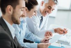 Affärslag som diskuterar på skrivbordsarbete Arkivfoto