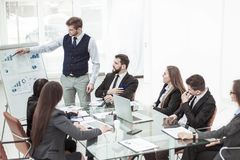 Affärslag som diskuterar presentationen av ett nytt finansiellt projekt på en arbetsplats på kontoret royaltyfria bilder