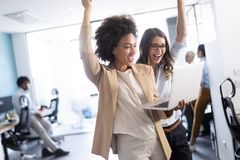 Affärslag som firar ett bra jobb i kontoret royaltyfri foto