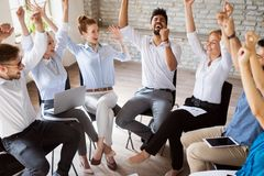 Affärslag som firar ett bra jobb i kontoret arkivbild