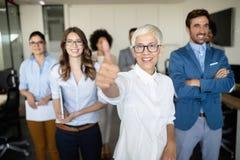 Affärslag som firar ett bra jobb i kontoret fotografering för bildbyråer