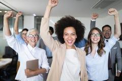 Affärslag som firar ett bra jobb i kontoret arkivfoton