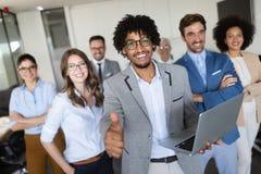 Affärslag som firar ett bra jobb i kontoret royaltyfri bild