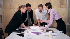 Affärslag som har diskussion på tabellen i regeringsställning arkivfilmer