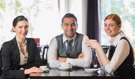 Affärslag som har kaffe tillsammans Arkivfoto